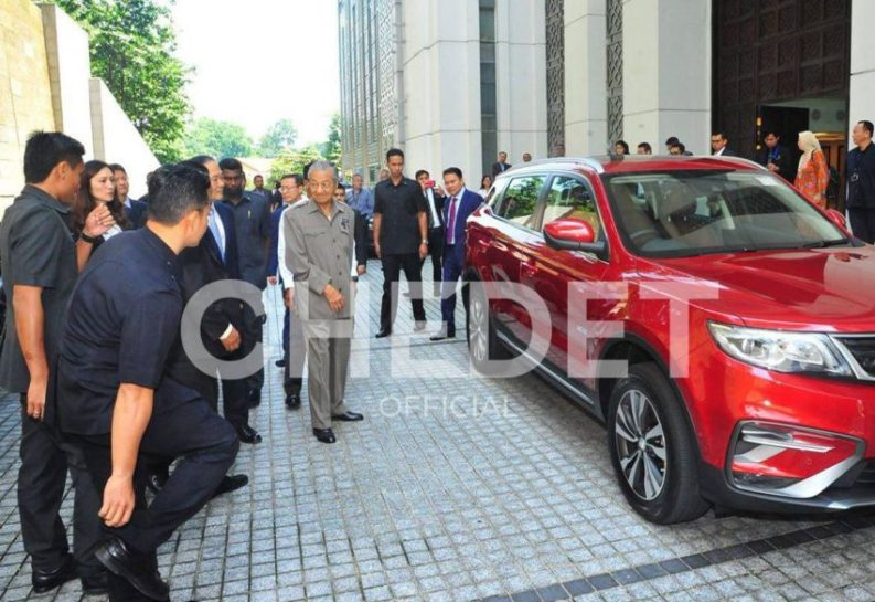 Video: Dr. Mahatir Mohammad Drives Upcoming Proton SUV (Geely Boyue) 2