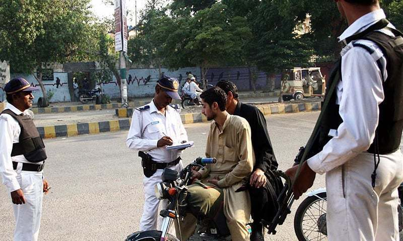 Karachi Traffic Police Cracks Down Against Wrong Way Driving 1