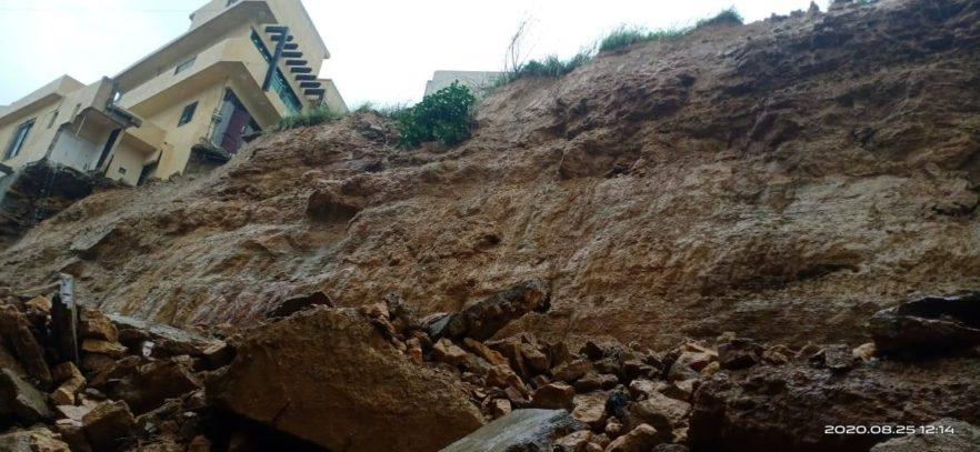 Multiple Vehicles Damaged due to Landslide in Karachi 6