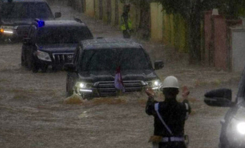 Indonesian President's Land Cruiser Wading Through Floods Goes Viral 1