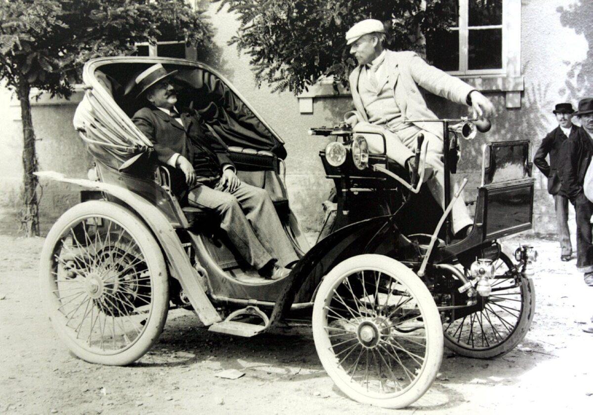 armand peugeot a bord d un de ses modeles en 1897